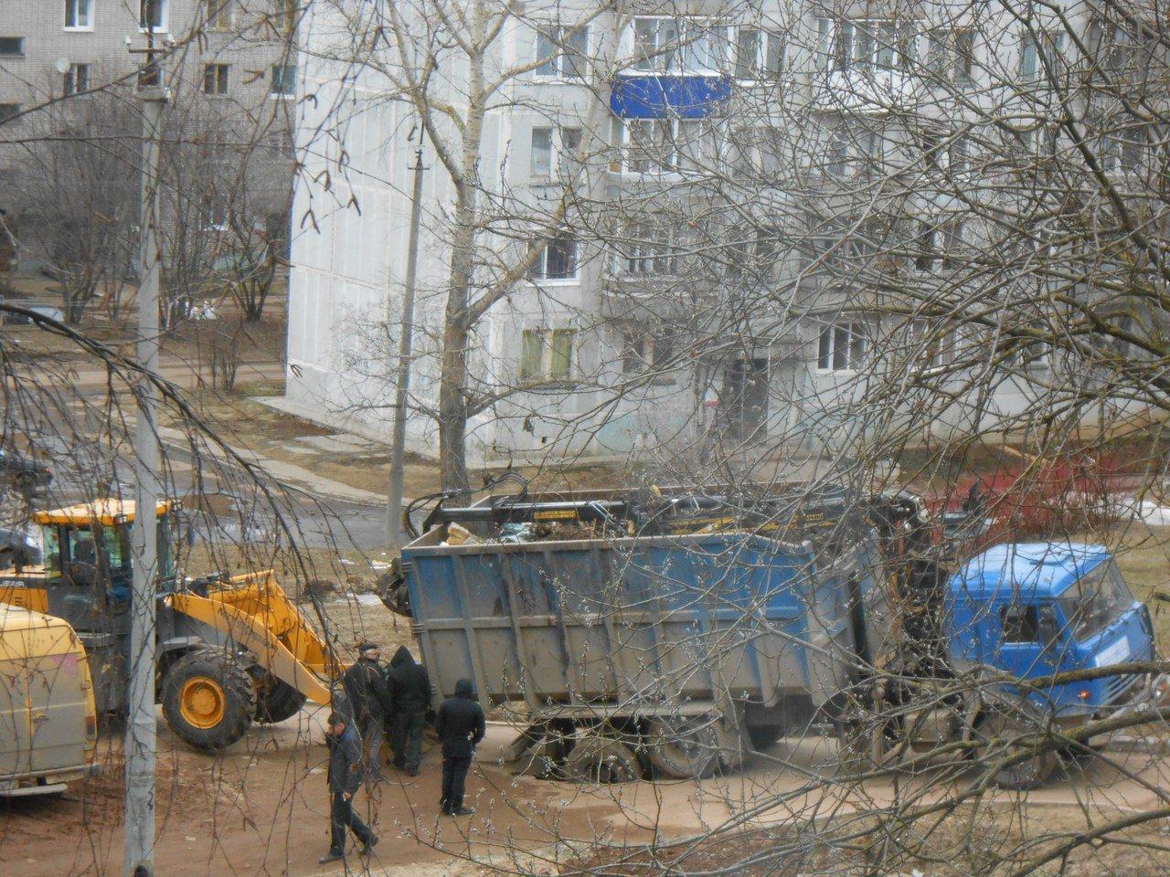 В Кирово-Чепецке в яму на дороге провалился мусоровоз