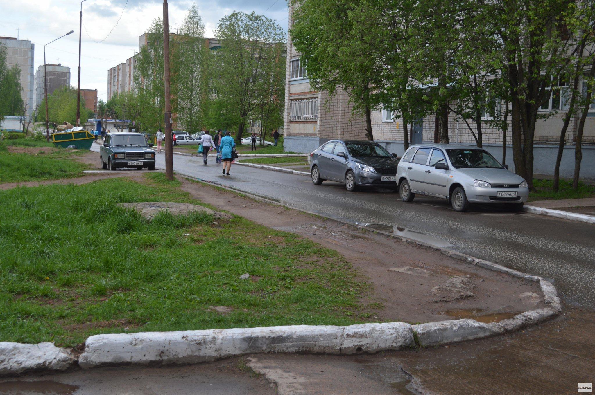 В Чепецке возле домов на улице Маяковской нет тротуаров
