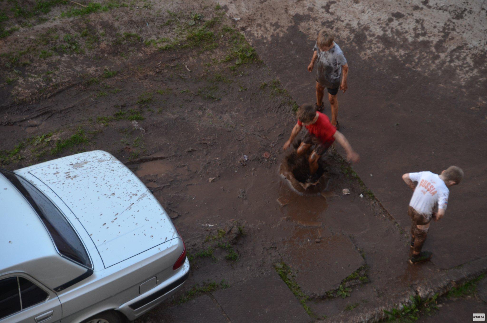 В Кирово-Чепецке дети искупались в грязи во дворе дома