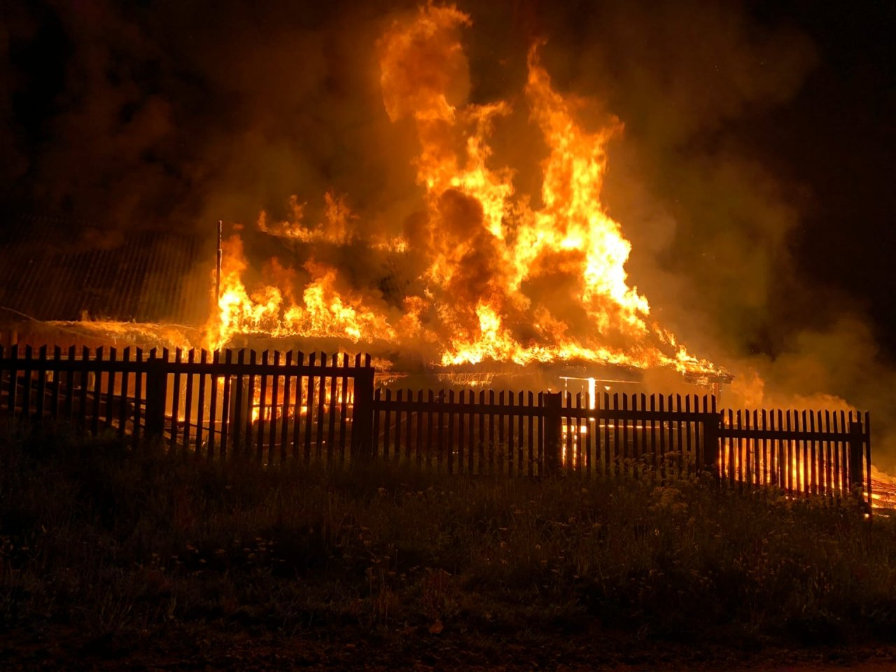 Тушили шесть пожарных расчетов: в Лубягино загорелся деревянный дом