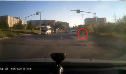 Видео: в Кирово-Чепецке кроссовер чуть не сбил девочку-пешехода