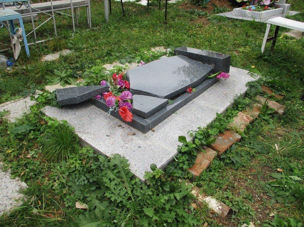 На чепецком кладбище обрушилось несколько памятников
