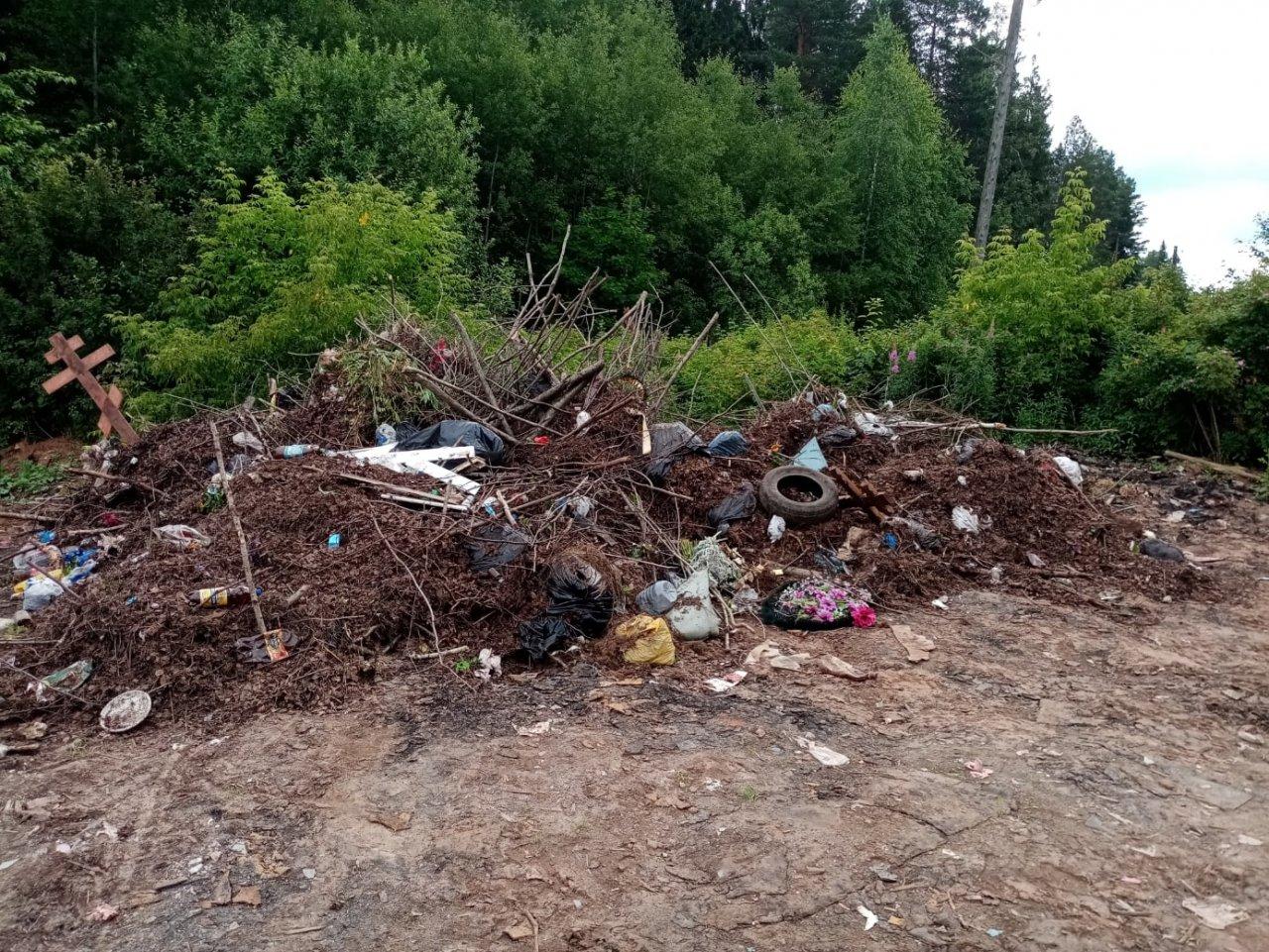 «Убрали месяц назад»: рядом с кладбищем Злобино вновь появилась стихийная свалка с крестами с могил