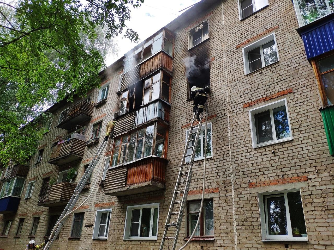 9 человек эвакуировали через окна: в Кирово-Чепецке сгорела квартира в жилом доме