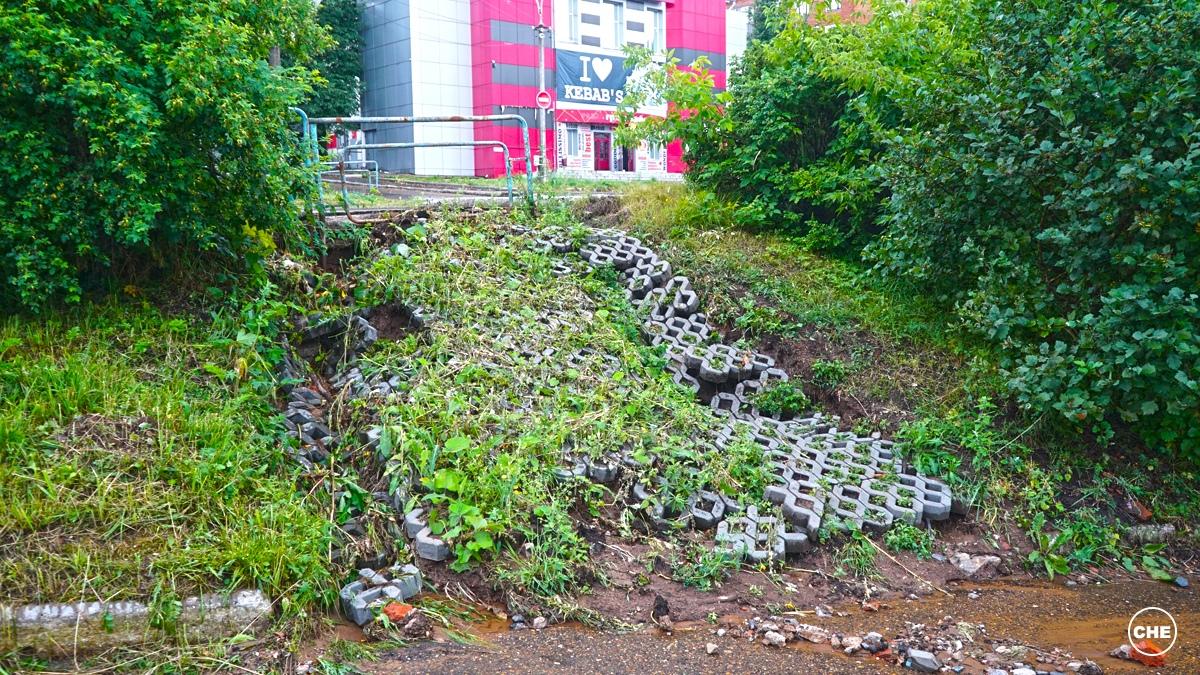 И года не прошло: у бывшего кинотеатра «Восток» обрушился недавно отремонтированный склон