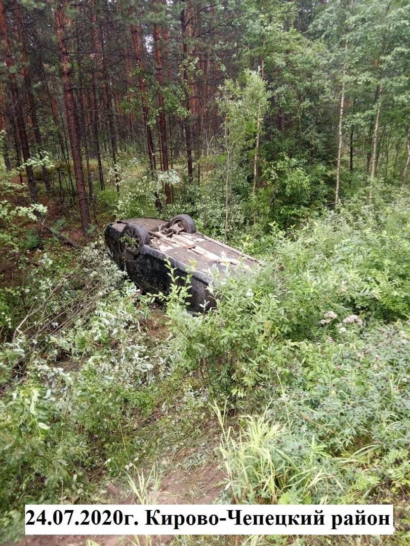 В Чепецком районе BMW вылетел в кювет и перевернулся: четверо пострадали