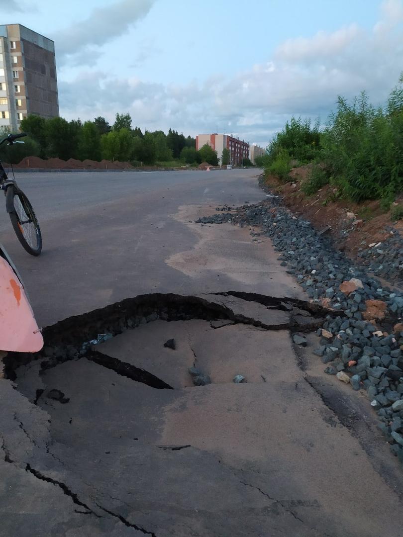 Фото дня: дыра в асфальте на улице Братьев Васнецовых продолжает расти