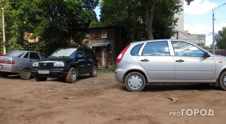 У трех чепчан арестовали машины за долги по ЖКХ и кредитам
