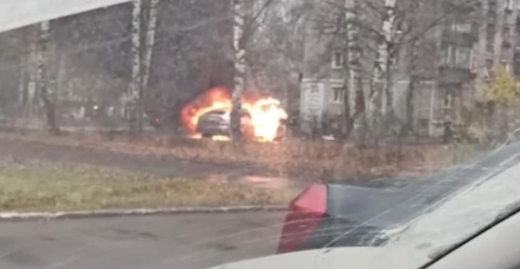 В центре Кирово-Чепецка сгорел легковой автомобиль