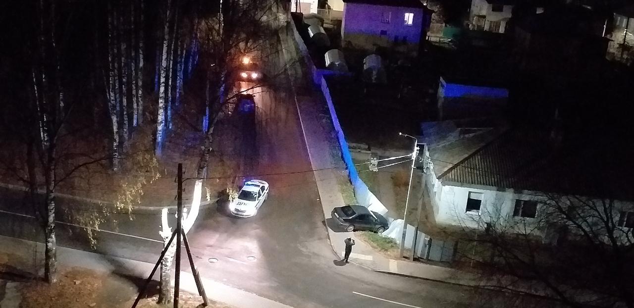 В Кирово-Чепецке иномарка вылетела с дороги и протаранила забор