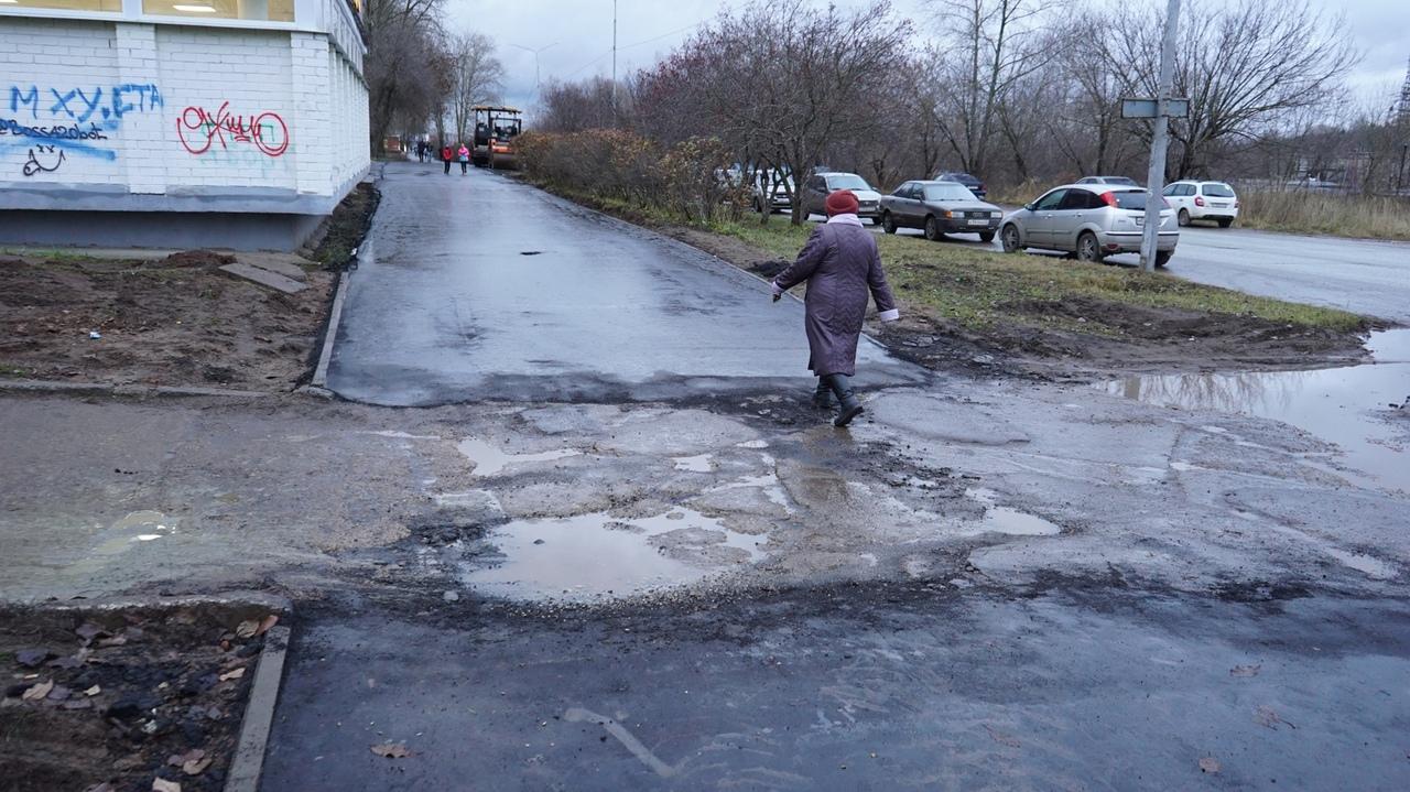 Фото дня: чепчан возмутил разделенный ямами и лужами новый тротуар