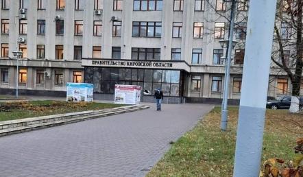 На мужчину, бросившего в здание правительства кирпич, возбудили уголовное дело