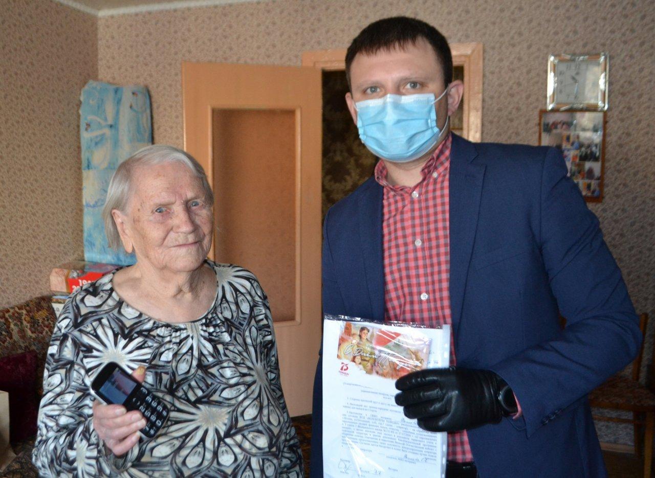 В Кирово-Чепецке ветераны ВОВ получили сотовые телефоны с бесплатной связью