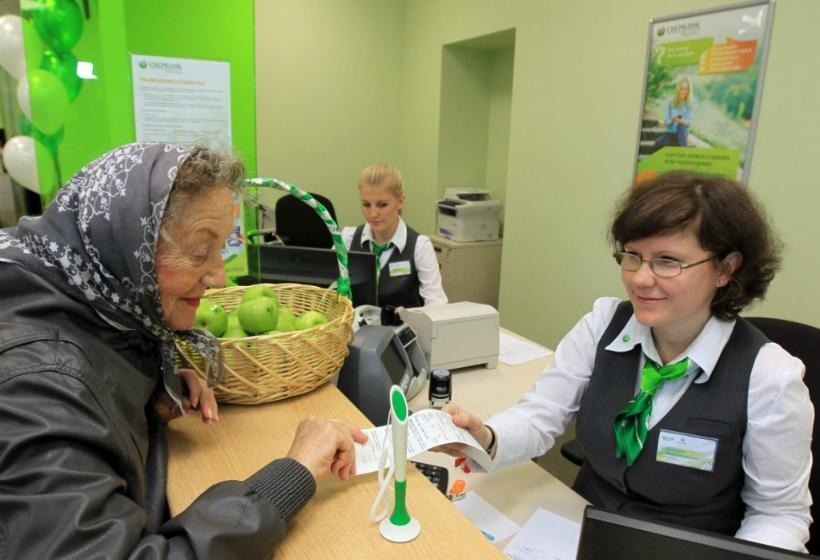 Почему пенсионеры все чаще предпочитают получать пенсии на банковскую карту МИР Социальная