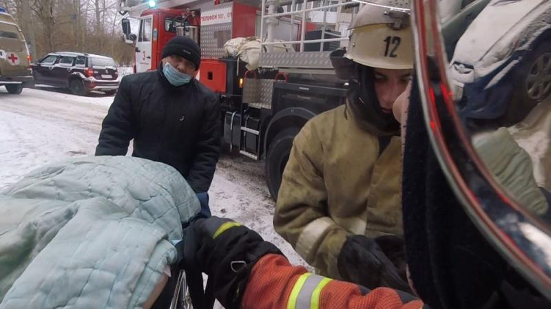 Видео: в Кирово-Чепецке пожарные спасли инвалида из горящей квартиры