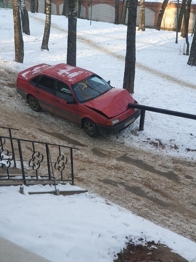В Кирово-Чепецке «Фольксваген» без водителя протаранил ограждение