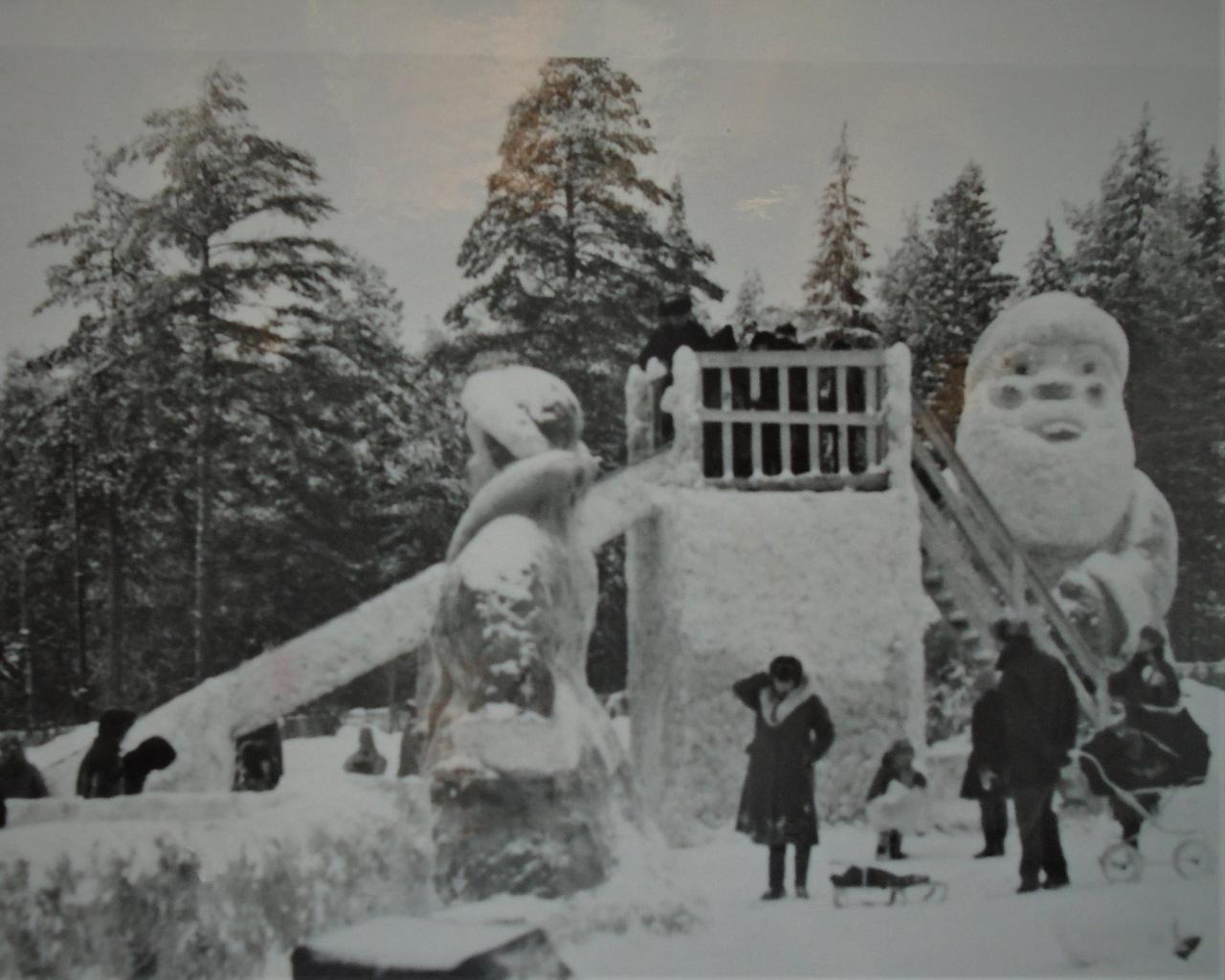 Трехметровые скульптуры и сказочные горки: как отмечали Новый год в Чепецке?