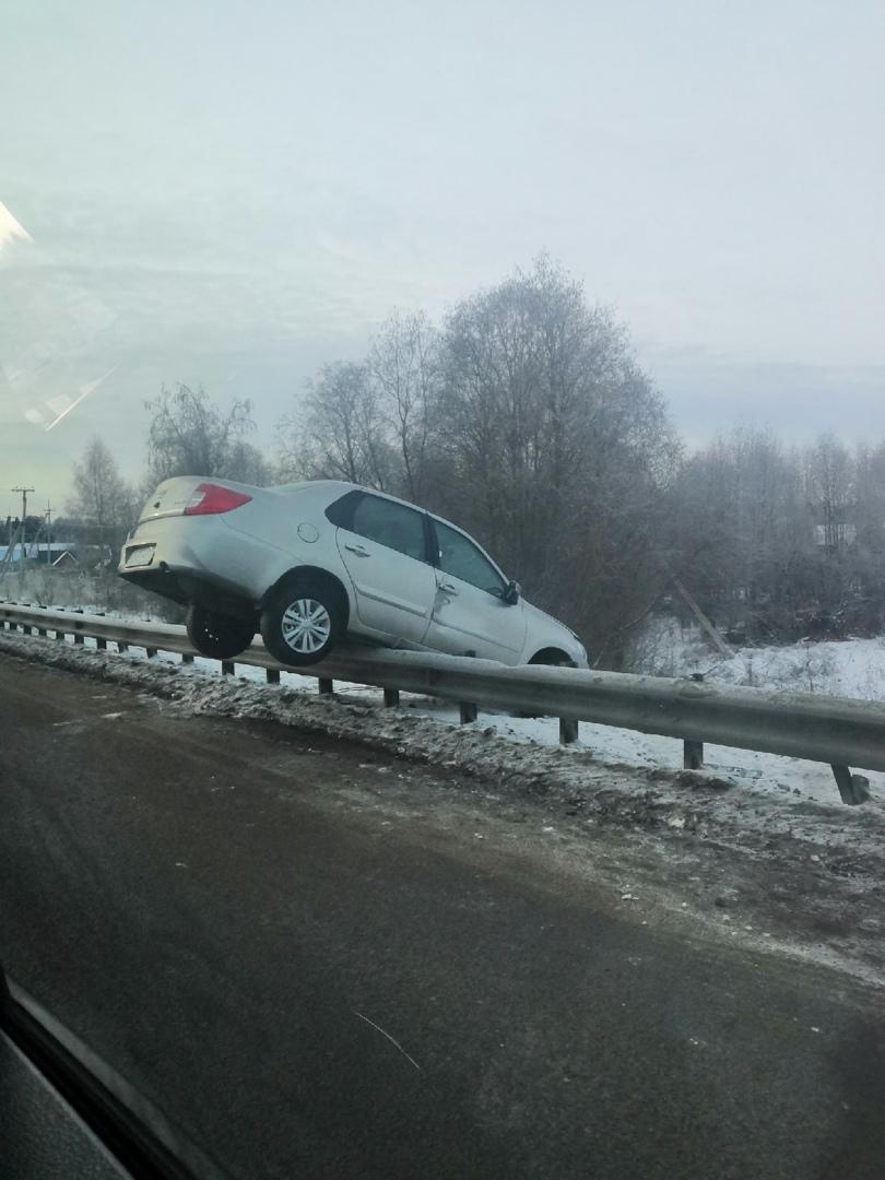 ДТП по дороге в Кирово-Чепецк: машина повисла на мосту